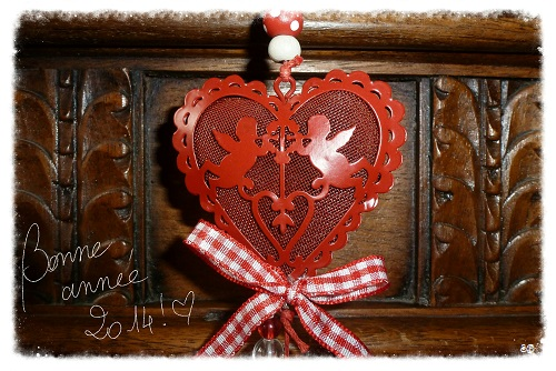 Bonne année 2014! Happy New Year! Coeur et angelots rouges, coffre ancien aux feuilles d`acanthes, Red heart and angels in front of an ancient chest with acanthus leaves
