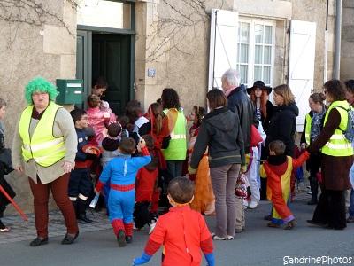 Défilé de Carnaval 2013 dans les rues de Bouresse organisé par l`Association des Parents d`Elèves de l`école primaire de Bouresse, Poitou-Charentes (1) (4)