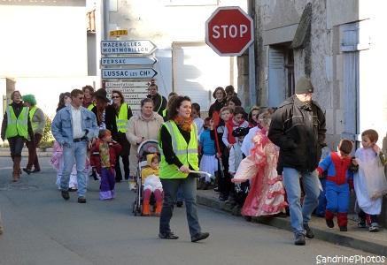 Défilé de Carnaval 2013 dans les rues de Bouresse organisé par l`Association des Parents d`Elèves de l`école primaire de Bouresse, Poitou-Charentes (3)