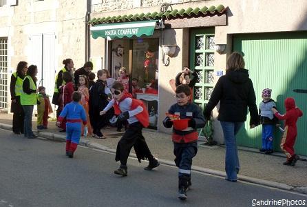 Défilé de Carnaval 2013 dans les rues de Bouresse organisé par l`Association des Parents d`Elèves de l`école primaire de Bouresse, Poitou-Charentes, SandrinePhotos