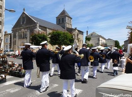 Fête du village à Bouresse 24 juin 2012 La fanfare défile dans les rues et passe devant la place de l`église