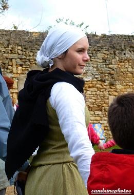 Fête médiévale au château de Gençay jeune paysane de l`association Nouaillé 1356 - 29 avril 2012 (32)