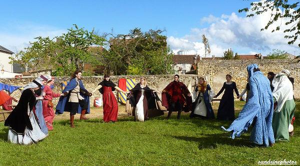 Fête médiévale au château de Gençay Danses médiévales avec l`association Nouaillé 1356 29 avril 2012 (81)