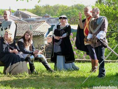 Fête médiévale au château de Gençay chevaliers et gentes dames avec l`association Nouaillé 1356 - 9 avril 2012