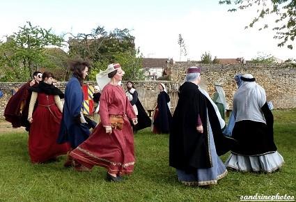 Fête médiévale au château de Gençay danses médiévales avec Nouaillé 1356 - 29-04-2012