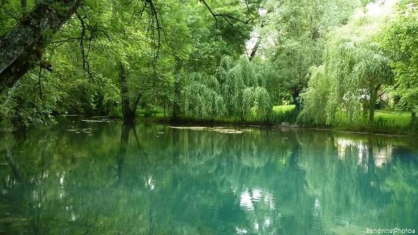 Fontaine du Puy Rabier, Eaux bleues d`un gouffre, Légende de la fosse au Diable, Magné dans la Vienne, Poitou-Charentes (16)