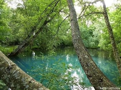 Fontaine du Puy Rabier, Eaux bleues d`un gouffre, Légende de la fosse au Diable, Magné dans la Vienne, Poitou-Charentes (17)