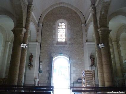 Intérieur de l`église Notre Dame de Bouresse