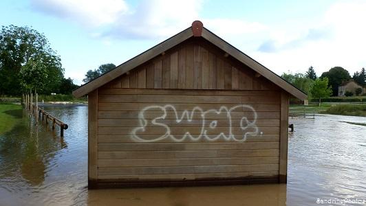 La Dive déborde, Graffitis, tags SWAG sur la cabane des pêcheurs, Bouresse, Poitou-Charentes, 19 juin 2013 (30)