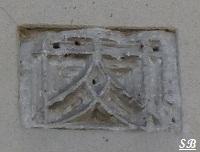 Pierre sculptée visible dans le mur d`une maison Grand`Rue Bouresse Poitou-Charentes