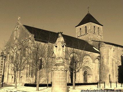 Place de l`église notre dame de Bouresse Noir et Blanc