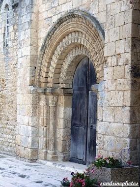 Portail sud de l`église Notre Dame Eglise romane du XIIè siècle Bouresse Poitou-Charentes