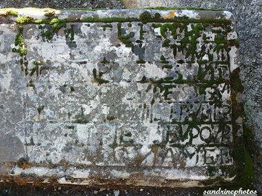 Tombe monument sépulcral René Charette notaire à Bouresse épigraphe gravé dans la pierre 1647