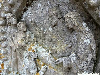 tombe double cimetière de Bouresse Détail des sculptures droites