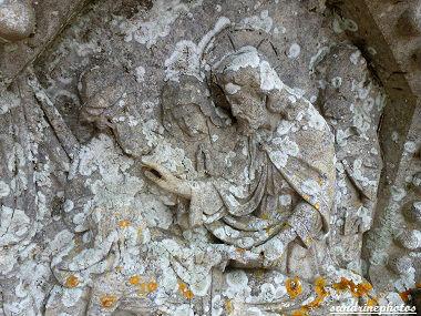 tombe double cimetière de Bouresse Détails des sculptures à gauche